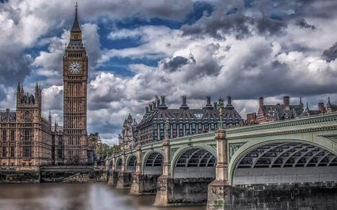 """Romanca despre Londra: """"Un oras de sclavi! Faci bani cat sa traiesti de pe o zi pe alta"""""""