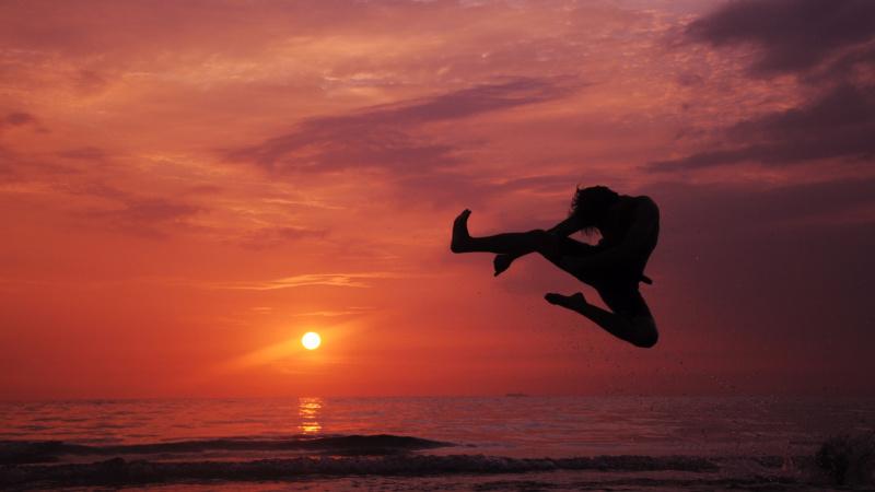 Turiști Englezi în Barcelona se ocupă cu arte marțiale pe plajă.