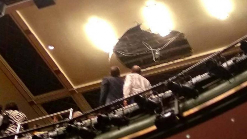 Plafonul teatrului Piccadilly s-a prăbușit peste public!