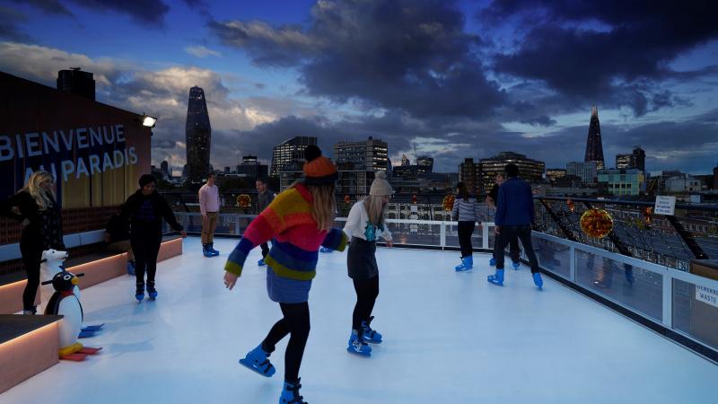 Un patinoar pe acoperiș nou vine în Londra în această iarnă!