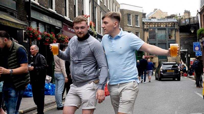 Englezii au abandonat deja distanțarea socială în pub-uri?