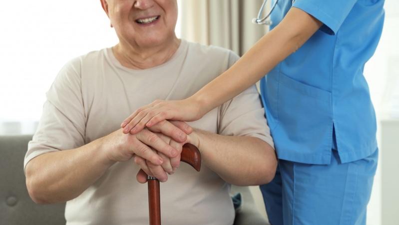 Covid-19: Rezidenților din casele de îngrijire li se va permite un vizitator permanent!