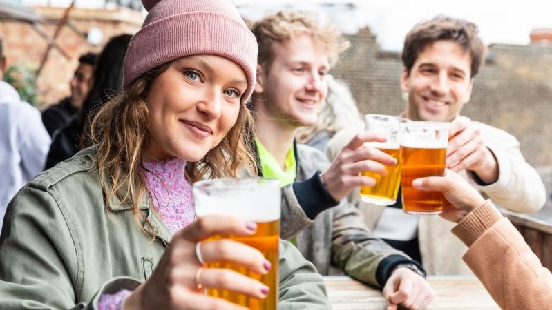 Terasele și berăriile se vor redeschide pe 12 aprilie, iar restaurantele pe 17 mai în Anglia