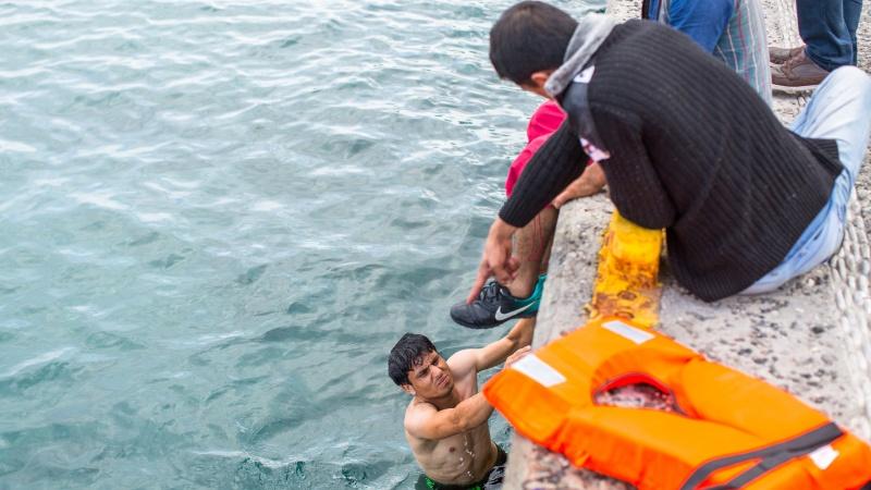 Marea Britanie dă bani ca să oprească imigranții ilegali ce vin pe mare