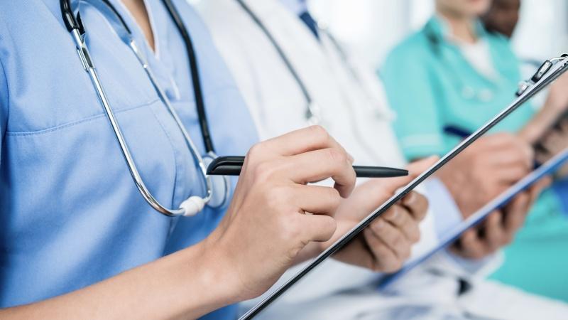 Medicii și asistentele din prima linie ar putea fi forțați să se vaccineze